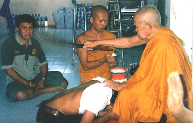 Luang Por Pratueang performing Kong Grapan Chadtri Magic